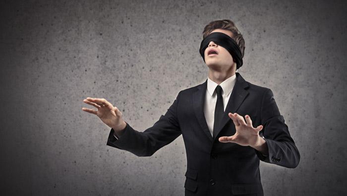 No juegues al juego de la gallina ciega con tu negocio